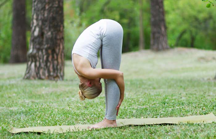 Uttanasana yoga for hudproblemer